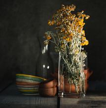 Flores En Florero De Cristal Y Utensilios De Barro