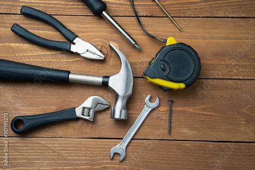 Fotografía  Measuring tape, hammer, screwdriver, pliers, top view