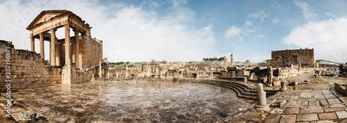 Panteón. Ruinas de la ciudad romana de Dougga (Túnez), nevada - 307196871