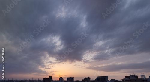 Photo 雲の多い夕暮れ