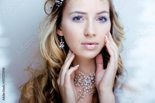 piękna młoda królowa śniegu z koroną do włosów na głowie, skomplikowana fryzura, zimowa koncepcja