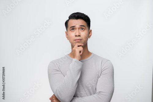 Fotomural Studio shot of young handsome Asian man against white background
