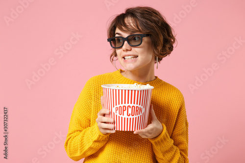Photo Pretty young woman girl in 3d imax glasses posing isolated on pink background