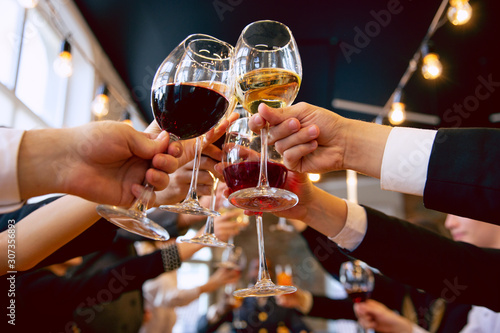 Photo Happy co-workers celebrating while company party and corporate event