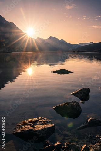 wschod-slonca-na-skalistej-gorze-z-skalami-w-medicine-lake-przy-jasper-parkiem-narodowym