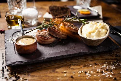 Photo Pork tenderloin served on a board in restaurant