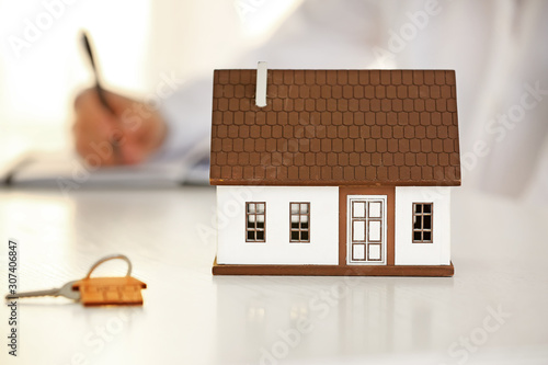 Pinturas sobre lienzo  Model of house and key on table of real estate agent