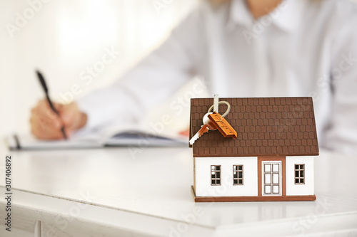 Fotografía  Model of house and key on table of real estate agent