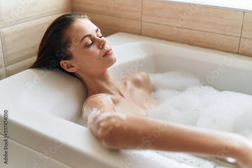 Foto woman in bath with foam