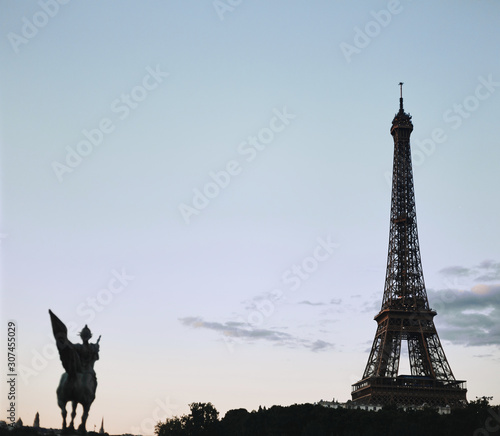 Foto op Aluminium Historisch mon. Eiffel tower in the clear blue evening sky