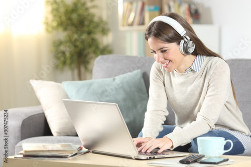 Fotomural Happy girl e-learning with laptop and headphones