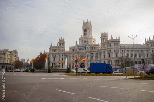 Photo Refugees Welcome message on Palacio de Cibeles in Madrid with spain flags