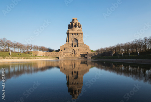Foto op Plexiglas Historisch mon. Lake of tears with reflection of V?lkerschlachtdenkmal against clear blue sky, Saxony, Germany