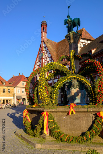 Foto op Plexiglas Historisch mon. Osterbrunnen in front of town hall against clear blue sky, Forchheim, Germany