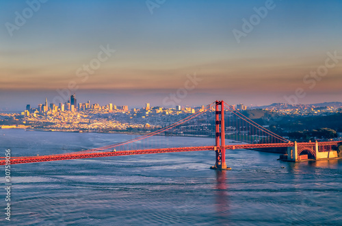 Photo South Tower of Golden Gate Bridge and San Francisco skyline
