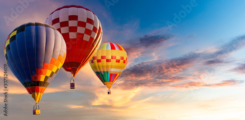 Beautiful landscape hot air balloons flying over sky at sunset Fototapet