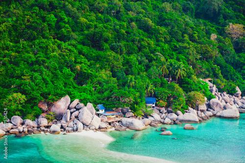 Foto auf AluDibond Grun Nature Landscape View with Small Resorts on Rocky Mountain at Koh Nang Yuan