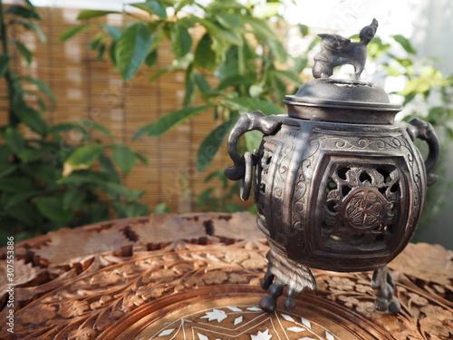 Fotografija  紫檀製レリーフテーブルの上の中国製香炉