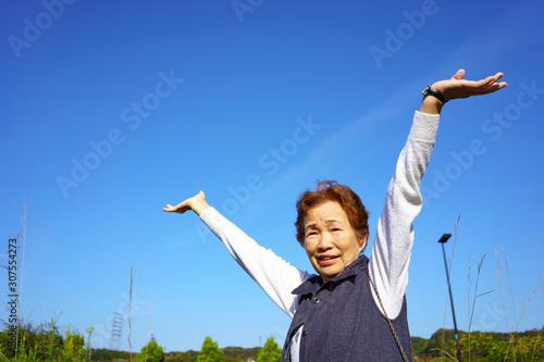 Obraz 両手を広げるシニア女性 - fototapety do salonu