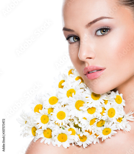 Face of young beautiful woman with posy flowers - 307573472