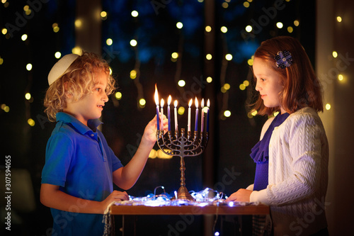 Photo Kids celebrating Hanukkah. Festival of lights.