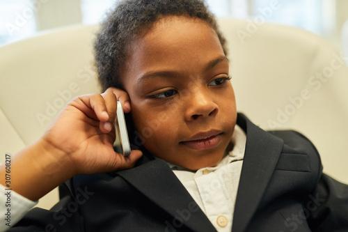 Afrikanischer Junge als Anwalt telefoniert mit Handy