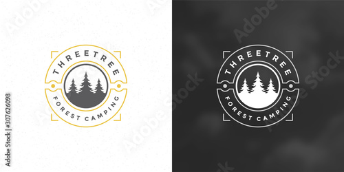Photo Forest camping logo emblem vector illustration outdoor adventure leisure pine tr
