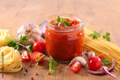 Fotografia tomato sauce with spice and pasta