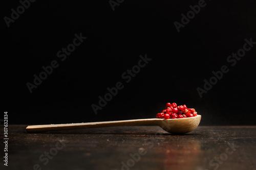 Cuchara de madera con pimienta roja en granos sobre mesa de metal rústica Wallpaper Mural