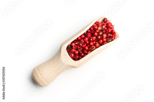 Pimienta roja en granos en una cuchara de madera sobre fondo blanco aislado Wallpaper Mural