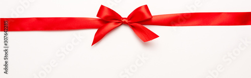 panoramic shot of red ribbon with bow on white Fototapete