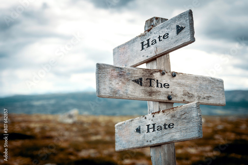 Photo Hate the hate text on wooden rustic signpost outdoors in nature/mountain scenery