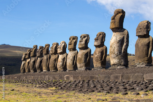 Photo The moais stone platform of Ahu Tongariki on the south coast of Easter Island