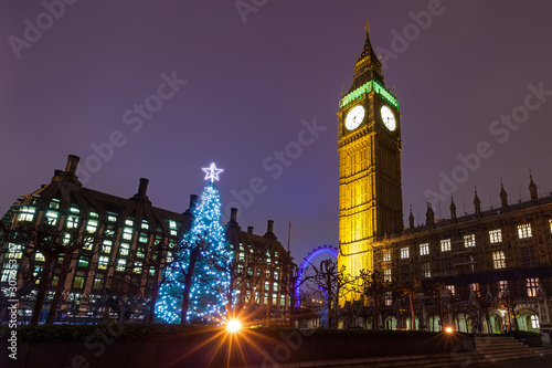 Cuadros en Lienzo Nighttime View of the Christmas Tree Outside the Palace of Westminster in London, England