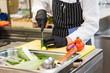 Koch schneidet Gemüse klein