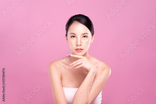 Fotomural  Beautiful Young Asian woman with clean fresh white skin touching her own face softly in beauty pose