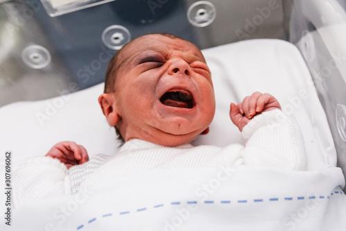 Photo  niño en incubadora recién nacido, bebé de un día llorando en el hospital