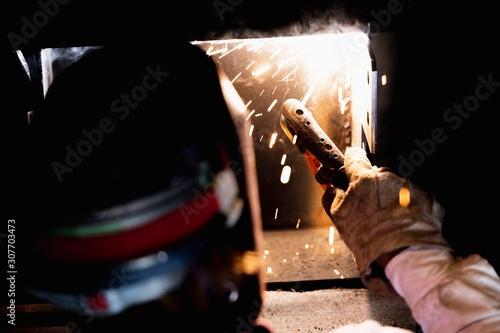 Photo 工場で溶接をする職人