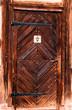 eine rustikale braune Tür für kleine Mädchen