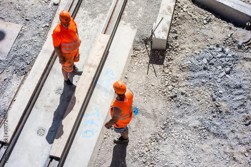 Obraz zwei Bauarbeiter auf einer Baustelle, Tiefbauarbeiten an den Schienen einer Strassenbahn, Bern, Schweiz - fototapety do salonu