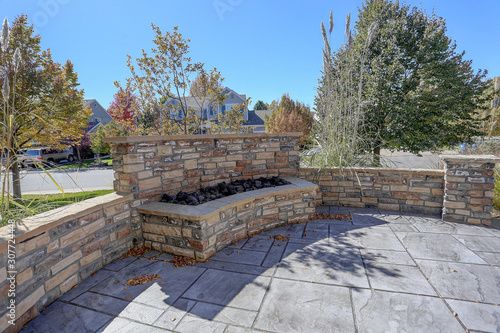 Photo Beautiful residential  seculded front patio on suburban street with firepit
