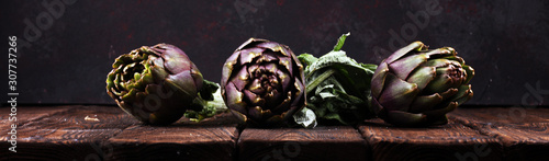 Photo artichokes on rustic background