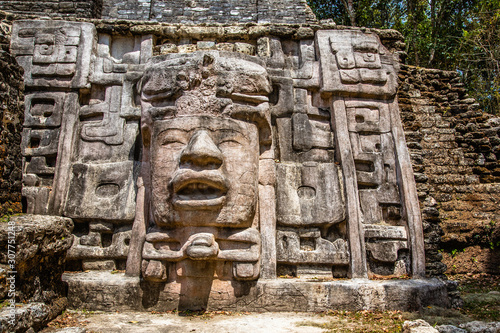 Photo Old ancient stone Mayan pre-columbian civilization carved face and ornamen88t, L