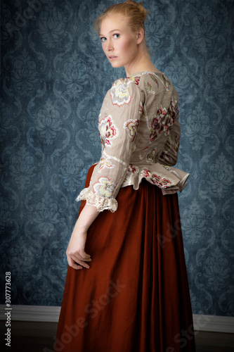 Fotomural Red-haired 18th century woman wearing an embroidered bodice