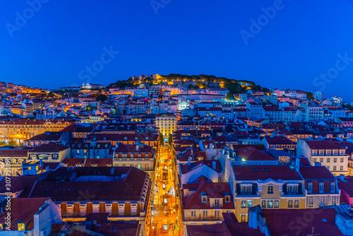 Foto auf Leinwand Dunkelblau Sunset view over Sao Jorge castle in Lisbon, Portugal