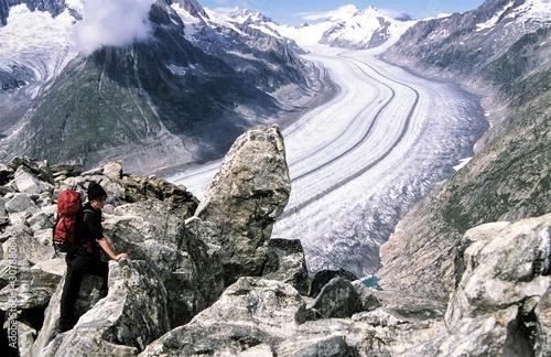 Photo Stands Mountaineering Über der Grossen Aletschgletscher, mit 23 km dem längsten der Alpen. - Seit 1860 hat sich das Eis um 3km zurückgezogen und durch den Klimawandel sind seit dem 200m der Eisdicke abgeschmolzen