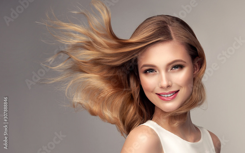 Fotomural Woman with curly beautiful hair  on gray background
