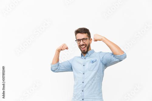 Photo Happy joyful guy making hand winner gesture