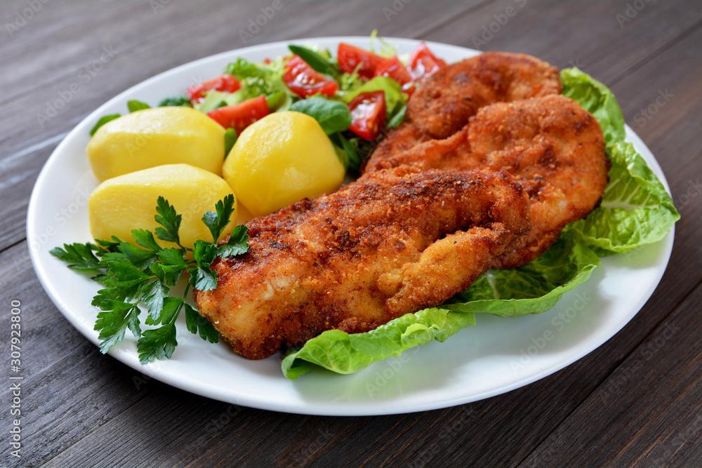 Fototapeta smażone filety z kurczaka, ziemniaki i sałata