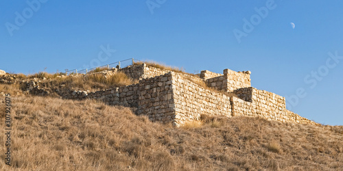 Photo the stone city gates and retaining wall of biblical era tel lachish in israel wi